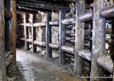 kopalnia-uranu-w-kletnie-drewniana-obudowa-sztolni-1