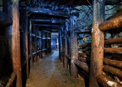 kopalnia-uranu-w-kletnie-drewniana-obudowa-sztolni-4